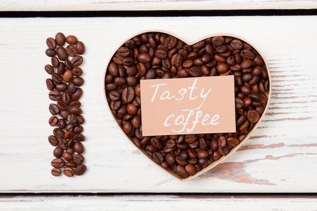Eu amo o conceito de café saboroso plana leigos. madeira branca na superfície.