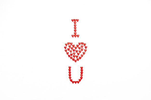 Eu amo você feito de corações vermelhos em fundo branco. flat lay, top view conceito de amor.