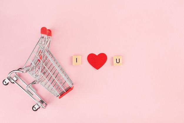 Eu amo você, letras em um fundo rosa de um carrinho de supermercado