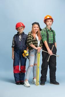 Eu construo meu sonho. crianças sonhando com a profissão de engenheiro.