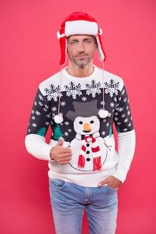 Eu desejo. hora das compras de natal. preparar presentes e presentes. apenas se divirta. homem na camisola de malha. bonito homem maduro no chapéu. feliz festa de ano novo. comemorar feriados de inverno. feliz natal para você.
