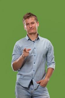 Eu escolho você e peço. empresário arrogante apontá-lo, quero você, meio retrato closeup de comprimento no estúdio verde.