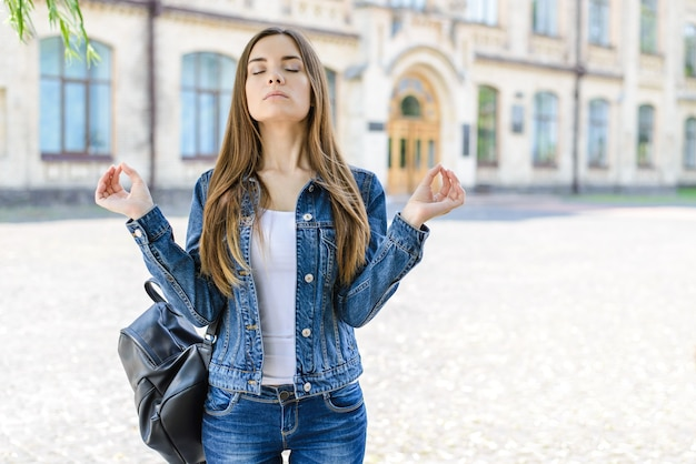 Eu posso fazer isso! sem ansiedade, estresse, depressão! foto retrato de muito focada inteligente inteligente linda feliz simpática senhora com os olhos fechados fazendo o símbolo om tentando se concentrar antes da apresentação do exame