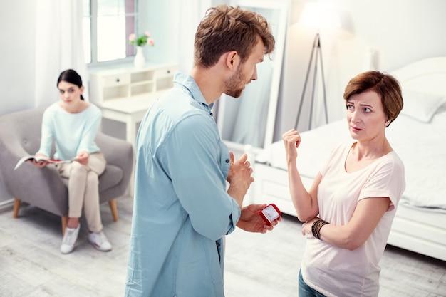 Eu preciso de conselhos. jovem simpático conversando com a mãe enquanto quer fazer uma proposta