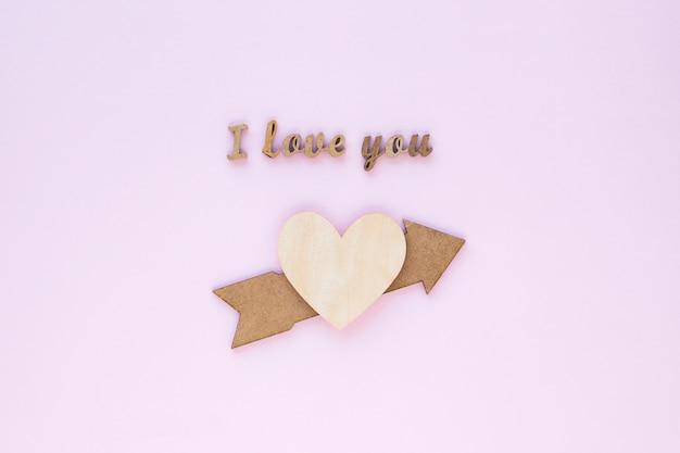 Eu te amo escrevendo perto de coração e flecha