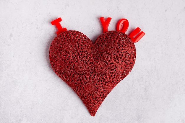 Eu te amo, fundo. coração vermelho e palavras eu te amo em fundo cinza