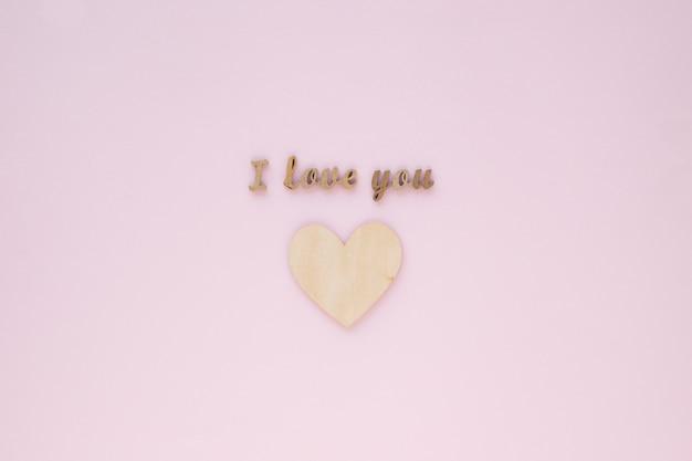 Eu te amo inscrição sobre coração de madeira