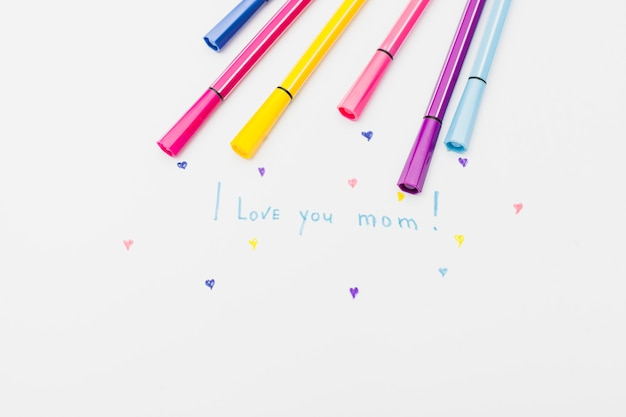 Eu te amo mãe inscrição com canetas de feltro