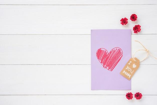 Eu te amo mãe inscrição com coração de desenho na mesa