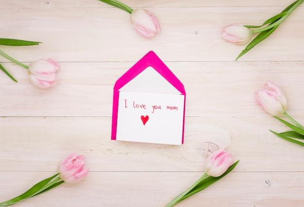 Eu te amo mãe inscrição com envelope e tulipas