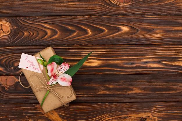 Eu te amo mãe inscrição com flor e presente