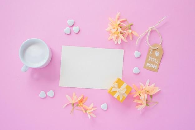 Eu te amo mãe inscrição com papel e flores