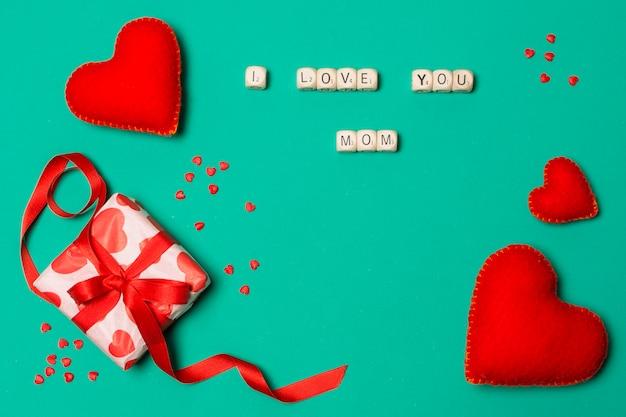 Eu te amo mãe título perto de corações e caixa de presente