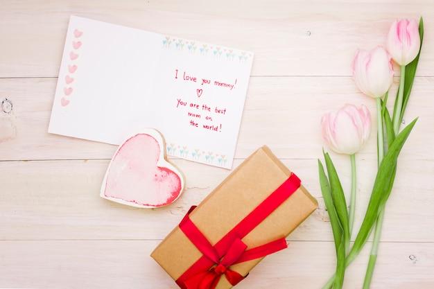Eu te amo mamãe inscrição com tulipas e presente