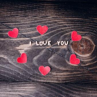 Eu te amo mensagem escrita em letras de macarrão e corações de papel