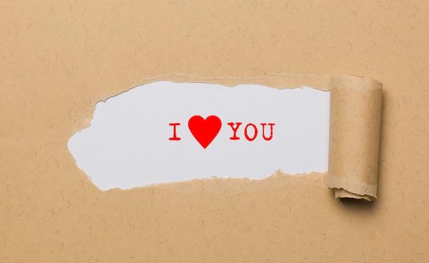 Eu te amo no conceito de amor e dia dos namorados com papel rasgado