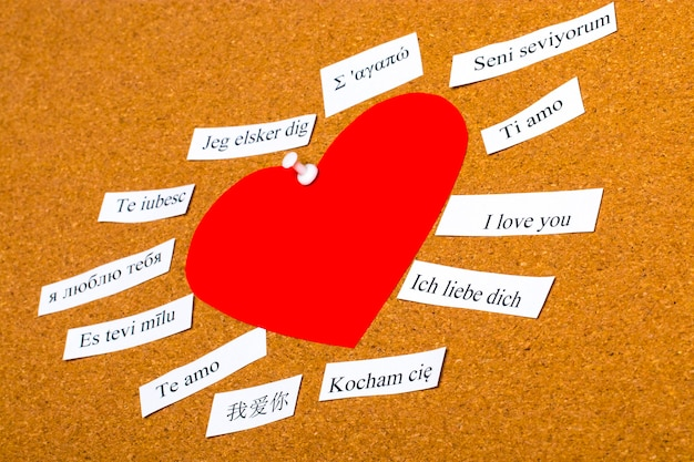 Eu te amo. palavras impressas em papéis em diferentes idiomas