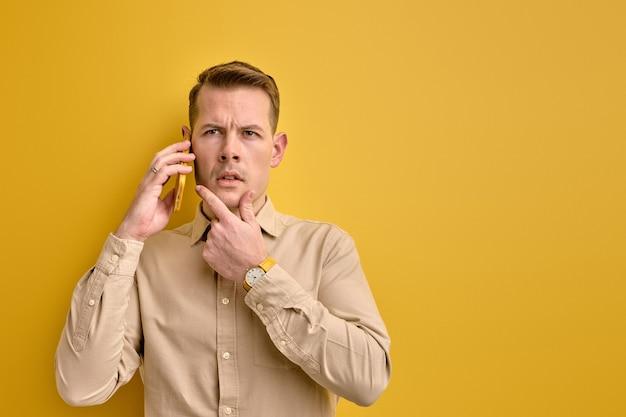 Eu tenho uma ideia. homem compartilhando ideias com um parceiro de negócios enquanto fala ao telefone