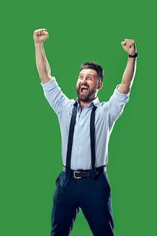 Eu venci. homem feliz de sucesso vencedor comemorando ser um vencedor.
