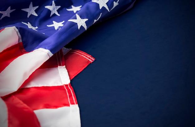 Eua ou américa bandeira isolada em fundo azul com traçado de recorte