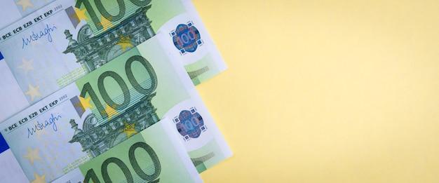 Euro dinheiro em um amarelo