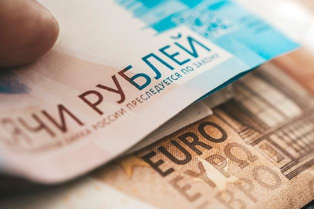 Euro e rublos. o conceito de troca de moeda. crise econômica, declínio da economia mundial. desvalorização do rublo. a queda da moeda russa. câmbio no banco.