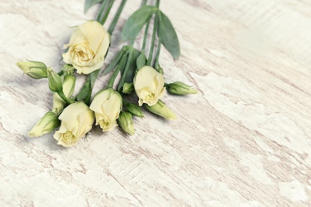 Eustoma de flores brancas frescas na madeira