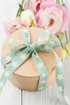 Eustoma flor e caixa de presente com fita verde estrela