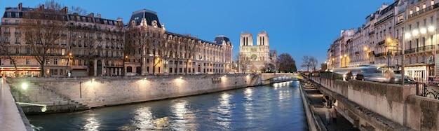 Eveing panorama de paris iluminada e o rio sena