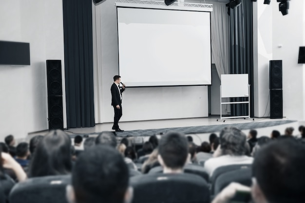 Evento de negócios, o palestrante e o público na sala de conferências