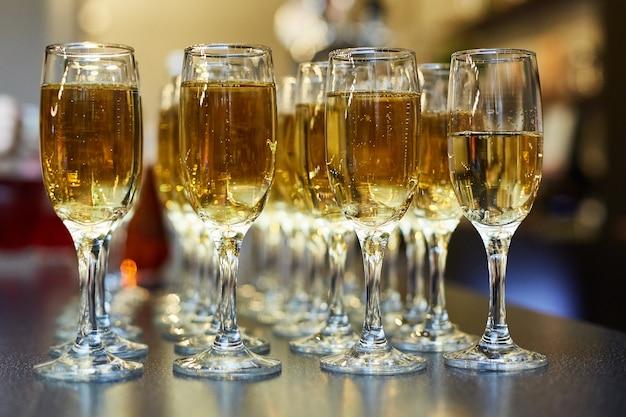 Evento de restauração. uma mesa de buffet com champanhe gelado e muitos copos