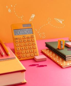 Evento de volta às aulas com calculadora e cadernos