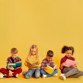 Evento do dia do livro com crianças pequenas