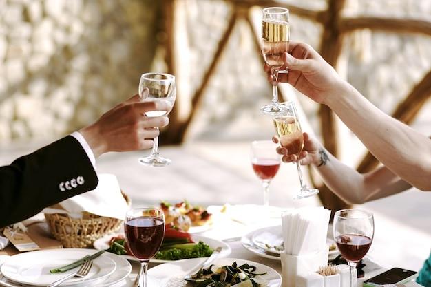 Evento felicidade jantar brindando cocktail
