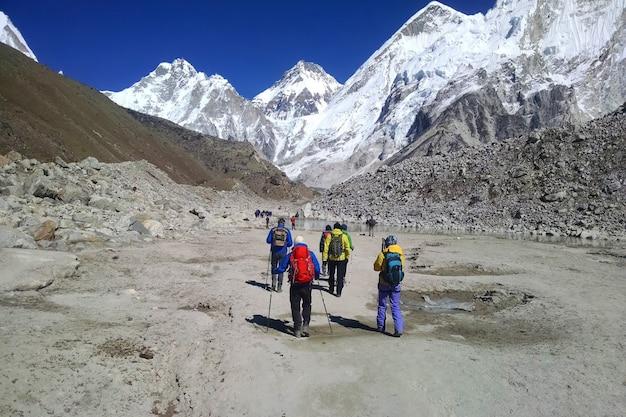 Everest. o caminho para o primeiro acampamento base.