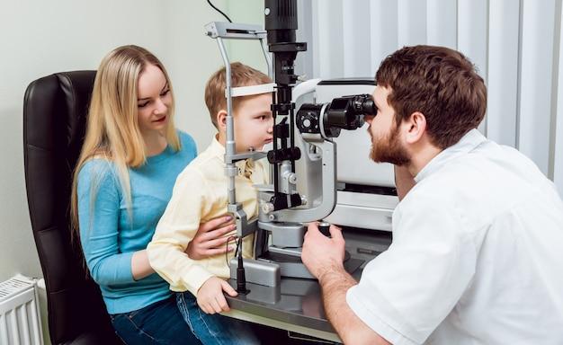 Exame da lâmpada de fenda. biomicroscopia do segmento ocular anterior.