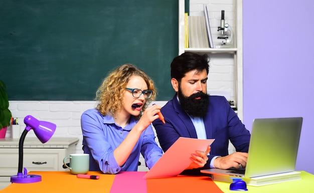 Exame de conceito de estudante na faculdade em casal de estudantes universitários estudando na universidade
