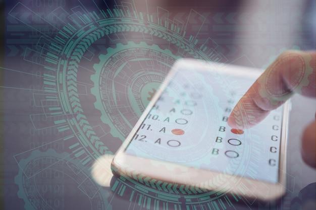 Exame de e-learning ou aprendizado on-line para aluno em smartphone por clique de dedo em multichoice
