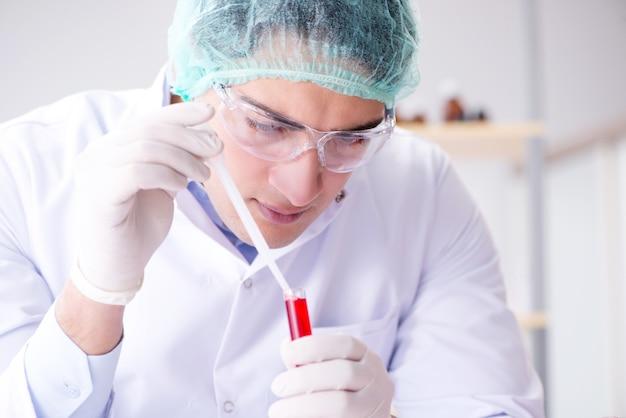 Exame de sangue no laboratório com jovem cientista
