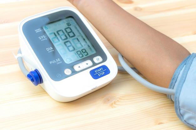 Exame de saúde de um menino, pressão arterial e freqüência cardíaca