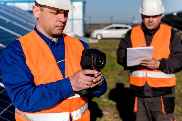 Exame do inspetor de módulos fotovoltaicos usando uma câmera de imagem térmica