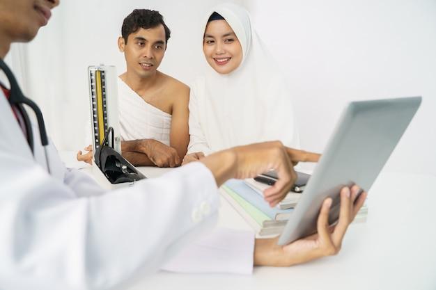 Exame do paciente para teste de pressão arterial para umrah e hajj