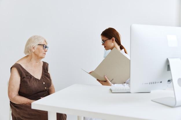 Exame do paciente por um consultório médico