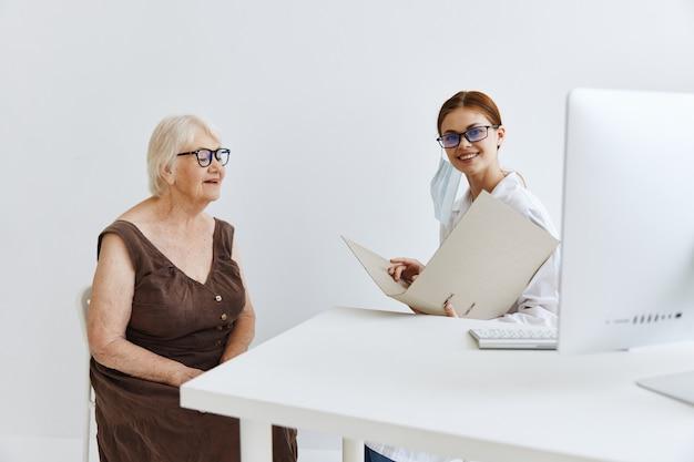 Exame do paciente por um médico assistente