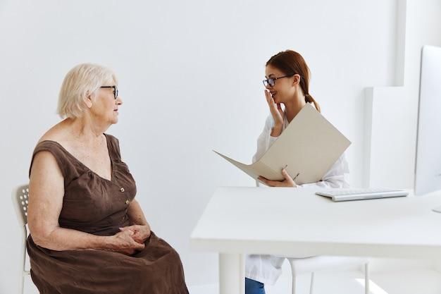 Exame do paciente por um médico de cuidados de saúde
