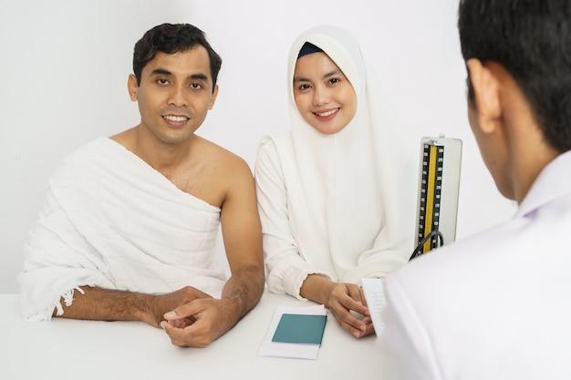 Exame médico de casal muçulmano para hajj e umrah