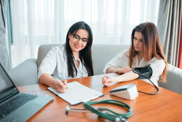 Exame médico de família, mãe na recepção