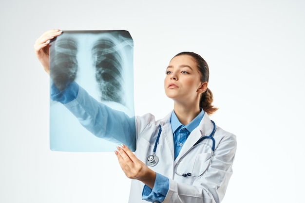 Exame médico profissional de fundo claro