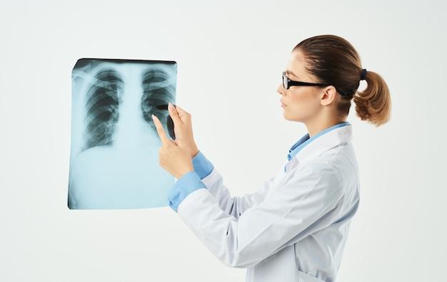 Exame radiologista profissional de fundo claro