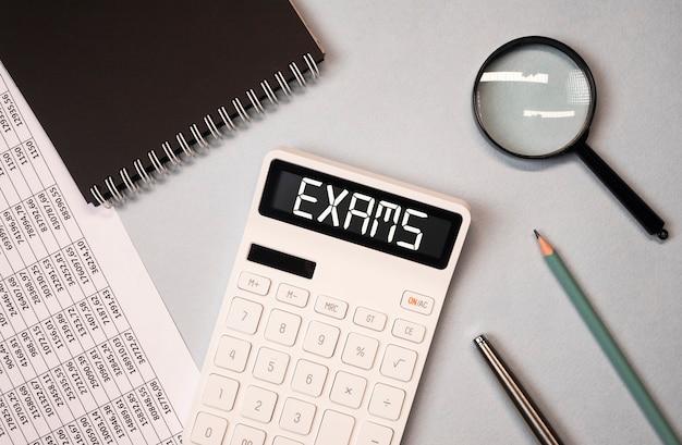 Exame word na calculadora entre a vista superior de documentos financeiros